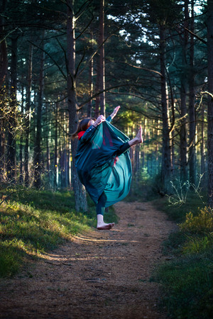 Beautiful, young woman levitating in woods. Flying in the dream. Lack of gravity. Concept of magic, wonderland and fairy tale in forest. 版權商用圖片