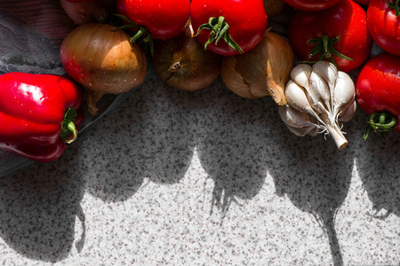 Ripe fresh harvested vegetables on table. Onions, tomatoes, garlic, pepper. Making delicious vegetarian meal or canning veggies for winter in jars. Concept of healthy eating Banque d'images - 118584564