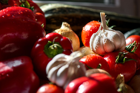 Ripe fresh harvested vegetables on table. Onions, tomatoes, garlic, pepper, zucchini in kitchen. Making delicious vegetarian meal or canning veggies for winter in jars. Concept of healthy eating Banque d'images - 118585255