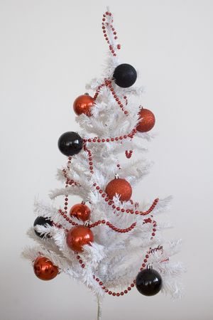 toygift: simple white christmas tree whith black and red decoration