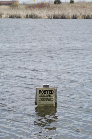 prohibido el paso: Una se�al de prohibido el paso est� a punto de ahogarse en el aumento de las aguas de un lago.