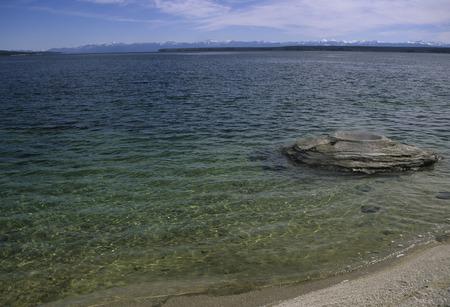Pesca Cono géiser es una característica geotérmica interesante, en el West Thumb Geyser Basin y en el interior del lago Yellowstone, en el parque nacional de Yellowstone, Wyoming. Foto de archivo - 37148702