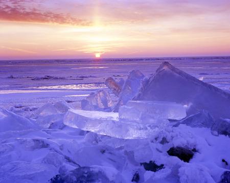 Ijs palen op de oever van een meer na de sterke wind ervoor zorgen dat de ijskap te bewegen als een gletsjer.
