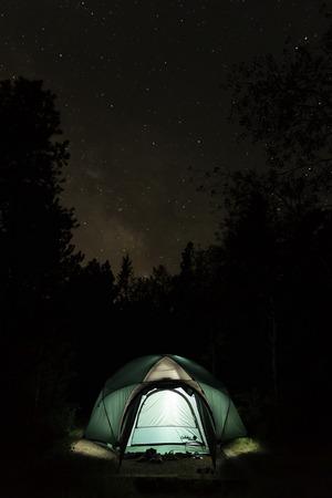 Tent camping onder een duidelijke, stary Colorado nachtelijke hemel.