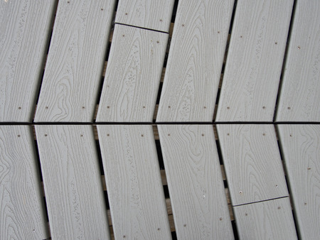 Plastic lumber decking produces interesting patterns on a river walkway. Imagens