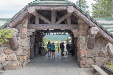 Interesting architecture of logs and large stones greats visitors to the Norris Geyser Basis Museum at Yellowstone National Park. Редакционное