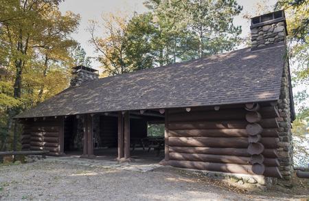 Wood log paviljoen door de Civilian Conservation Corps is gebouwd in de jaren 1930, gelegen in het bos vol met picknicktafels. Stockfoto