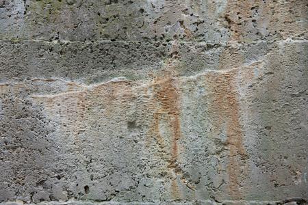 Mineralen en zouten uitloging uit de kant van een oude betonnen muur kleuren van de kant, en creëert interessante patronen en ontwerpen.