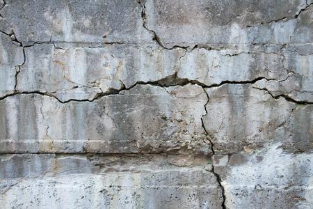 Een oude betonnen muur heeft veel scheuren vormen interessante patronen en ontwerpen ontwikkeld.