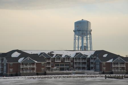 Watertoren en condos langs de Fox River in Oshkosh, Wisconsin.