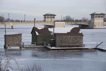 Visserijkeet off van de oevers van de Fox River in Oshkosh met de brug van Wisconsin van de straat in de achtergrond.