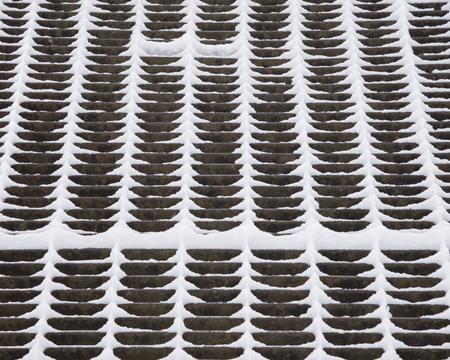 Sneeuw plakt zelfs de dunne metalen rooster op een catwalk over een dam. Stockfoto