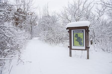Waukau Creek Nature Preserve kaart en informatie teken in een besneeuwd landschap. Stockfoto