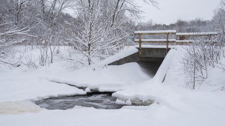 Sneeuw houdt zich aan de bomen en de rest van het landschap bij Wuakau Creek.