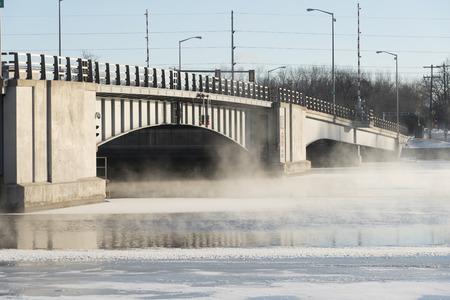 Ophaalbrug op een koude winterdag. Er is op de rivier met open water en stoom rising uit het oppervlak.