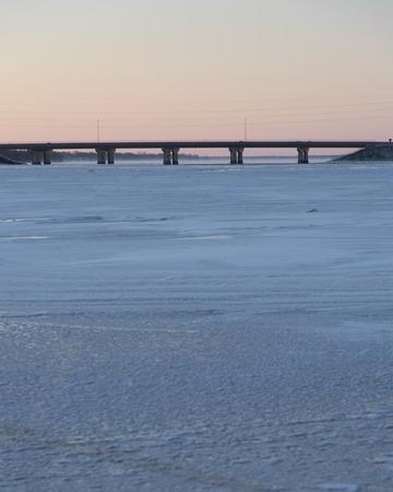 Na zonsondergang uitzicht op de snelweg 41 brug en een bevroren Fox River en Lake Butte des Morts. Stockfoto