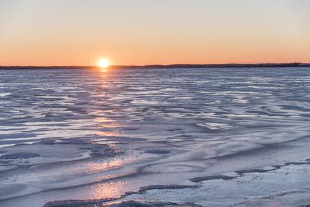 Zonsondergang over een bevroren Lake Butte des Morts. Gefotografeerd van het dok in de boot te lanceren in de Stad van Butte des Morts. Stockfoto