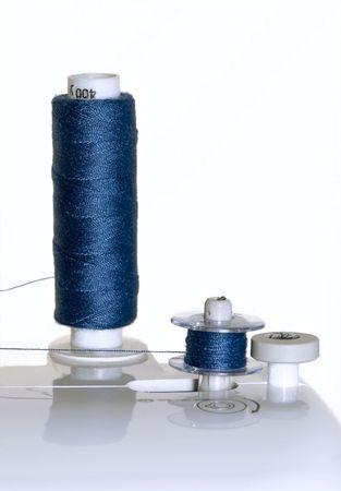 maquinas de coser: Close up of bobinas azules sobre el mecanismo de subproceso de la m�quina de coser  Foto de archivo