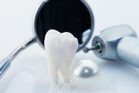 dentadura postiza: Concepto de dientes sanos. Diente de sabidur�a humana real, herramientas de perlas y dentales naturales. Imagen te�ida de azul