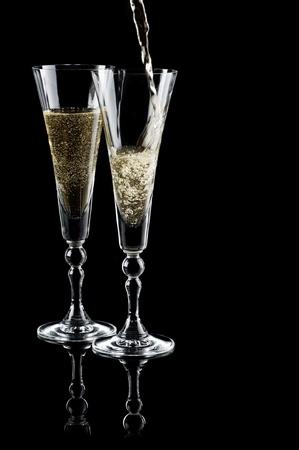 dwarsfluit: Two glasses of sparkling wine (champagne) on black  Stockfoto