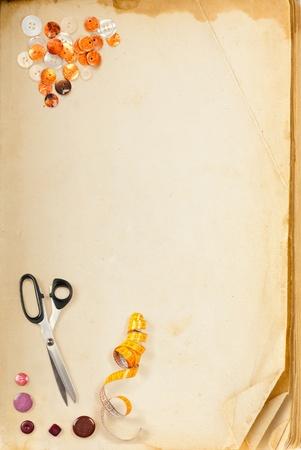 antique scissors: Libro vecchia pagina e accessori su misura per la cucitura con spazio per il testo