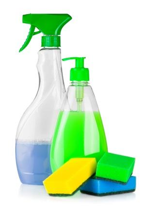huis opruimen: Huis schoonmaakmiddelen. Plastic flessen met water en spons op een witte achtergrond Stockfoto