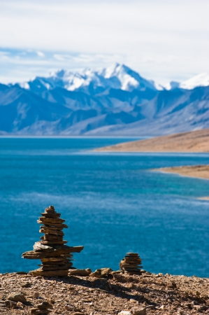 pyramid peak: Buddhist stone pyramid at morning Tso Moriri Lake  Altitude 4600 m  View at Himalaya mountains range with Gya peak 6794 m  India, Ladakh Stock Photo