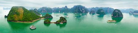관광 정크 하롱 베이, 남중국해 (South China Sea), 베트남, 동남 아시아에서 이른 아침에 석회암 바위 가운데 부동. 열 수직 이미지 파노라마