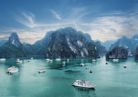観光がらくたハロン湾、南シナ海、ベトナム、東南アジアに早朝石灰岩の岩の間で浮かんでいます。2 つのイメージのパノラマ 写真素材