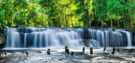 캄보디아에서 쿨렌 폭포의 푸른 물 흐르는 열 대 우림 풍경