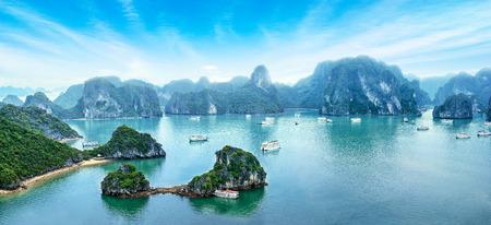 Toeristische Junks drijvende onder kalkstenen rotsen op de vroege ochtend in Ha Long Bay, Zuid-Chinese Zee, Vietnam, Zuid-Oost Azië. Vijf beelden panorama