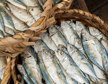 sardinas: Mariscos frescos sin procesar, el pescado y las almejas a la venta en el mercado asiático de alimentos