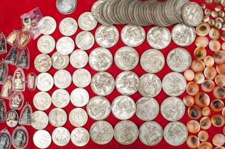 monete antiche: Vecchie monete di souvenir a buon mercato per la vendita al mercato asiatico. Laos