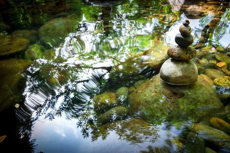 Paisaje asombroso bosque tropical con lago y equilibrio rocas torre para la práctica de la meditación zen. La naturaleza de fondo