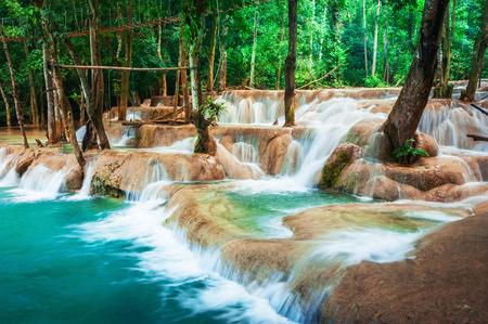 ジャングルの深い熱帯雨林で国光客運の Si 滝滝の驚くほどの青緑色の水と風景。ルアンパバーンをルアンパバーン、ラオス旅行風景と目的地 写真素材