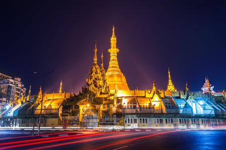 유명한 불교 신사 술레 파고다 양곤 도시의 야경. 미얀마 (버마)