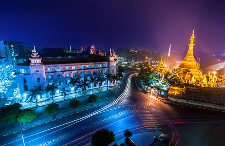 有名な仏教の神社スーレー パゴダとヤンゴン市街の夜景。ミャンマー (ビルマ)