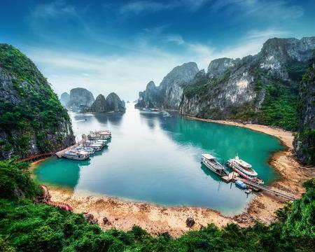 Turystyczna Junks pływające wśród skał wapiennych w Ha Long Bay, Morze Południowochińskie, Wietnamu, Azji Południowo-Wschodniej