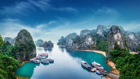 Toeristische Junks zwevend tussen kalkstenen rotsen bij Ha Long Bay, Zuid-Chinese Zee, Vietnam, Zuid-Oost Azië