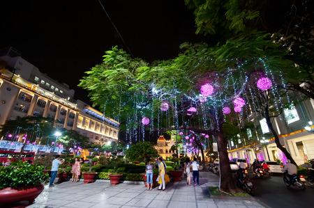 The landscape of Saigon: HỒ CHÍ MINH, VIỆT NAM - ngày 21 tháng 1 năm 2014: Cảnh của cuộc sống ban đêm ở thành phố Hồ Chí Minh (Sài Gòn). Người dân địa phương và khách du lịch thưởng thức trang trí năm mới hấp dẫn nhất thành phố du lịch ở Việt Nam biên tập