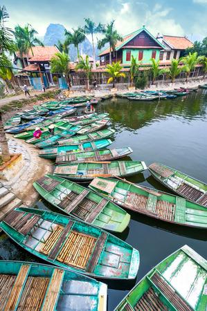 The landscape of Saigon: Người phụ nữ Việt với chiếc nón lá xem buổi sáng tuyệt vời với tàu thuyền Việt tại sông. Tam Cốc, Ninh Bình ,. Cảnh quan du lịch Việt Nam và các điểm đến