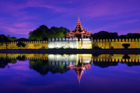 Night view of Mandalay cityscape with famous Fort or Royal Palace. Myanmar (Burma) travel landscapes and destinations Archivio Fotografico