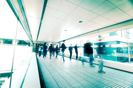 personas en la calle: Fondo abstracto de la ciudad. Imagen borrosa de personas que se desplazan en el túnel en la calle llena de gente. Hong Kong. Efecto de desenfoque, tonificación estilo vintage Foto de archivo