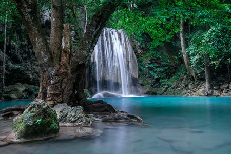 Paesaggio Jangle con scorre acqua turchese di Erawan cascata della cascata in profonda foresta pluviale tropicale. Parco Nazionale Kanchanaburi, in Thailandia Archivio Fotografico - 39944347