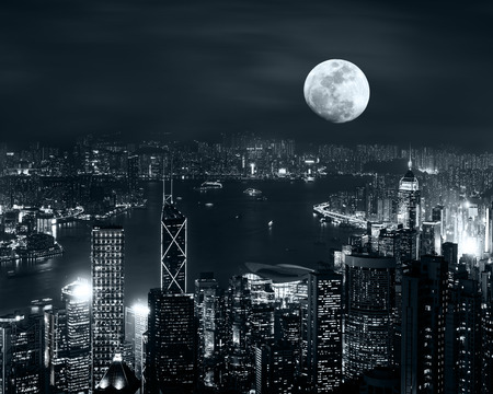 Night luchtfoto panorama van Hong Kong skyline bij volle maan 's nachts onder bewolkte hemel