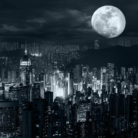 Panorama van de nacht het luchtmening van Hong Kong-horizon bij volle maannacht onder dramatische bewolkte hemel Stockfoto