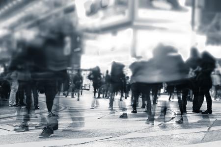 imagen: Imagen borrosa de personas que se desplazan en la concurrida calle de la ciudad de noche. Tonificación Arte abstracto de fondo urbano. Hong Kong Foto de archivo