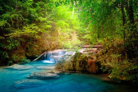 Paesaggio Jangle con scorre acqua turchese di Erawan cascata della cascata in profonda foresta pluviale tropicale. Parco Nazionale Kanchanaburi, in Thailandia Archivio Fotografico - 46475085