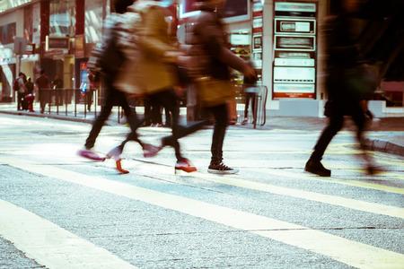 estilo urbano: Imagen borrosa de personas que se desplazan en la calle concurrida de la ciudad. Tonificaci�n Arte abstracto de fondo urbano. Hong Kong