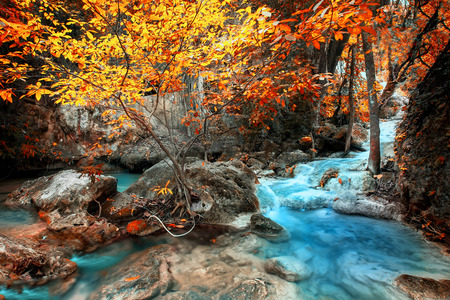 深い熱帯雨林にエラワン滝の風景が流れるターコイズ ブルーの水をジャングルします。カンチャナブリ、タイ国立公園